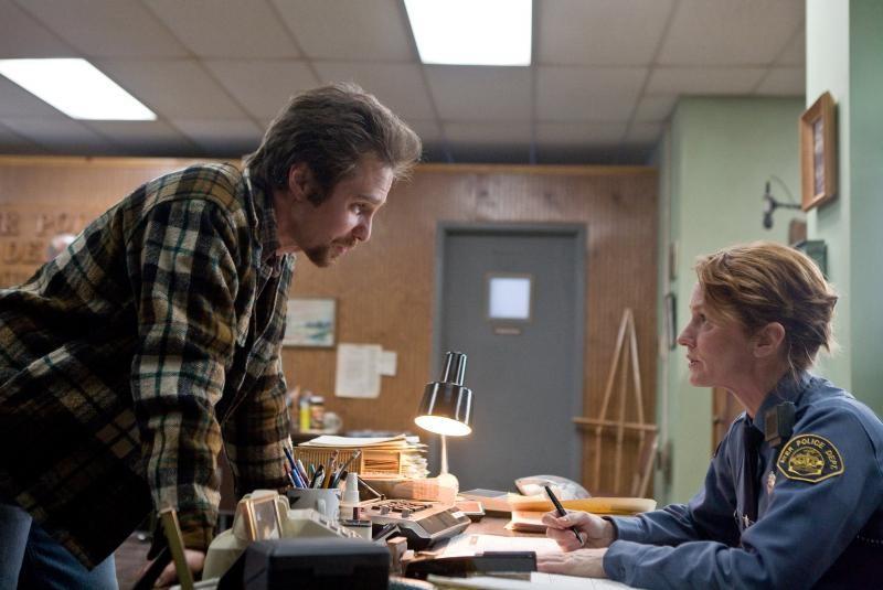 Sam Rockwell con Melissa Leo in una scena del drammatico Conviction