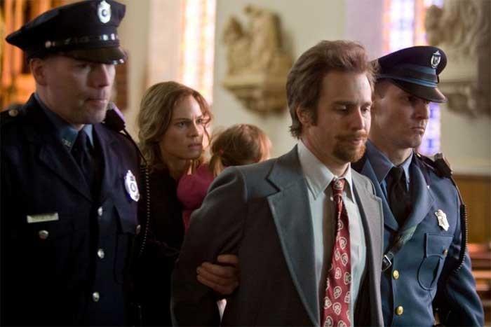 Sam Rockwell e Hilary Swank in una scena del drammatico Conviction
