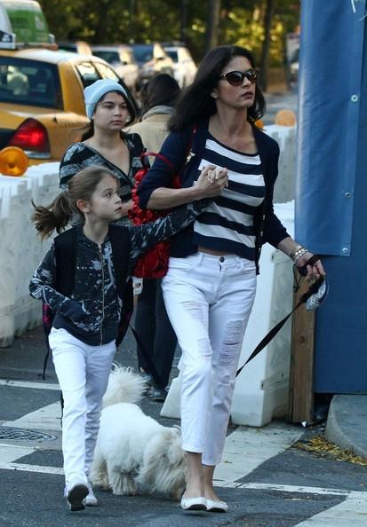 Catherine Zeta Jones con la figlia Carys Zeta Douglas e il cane