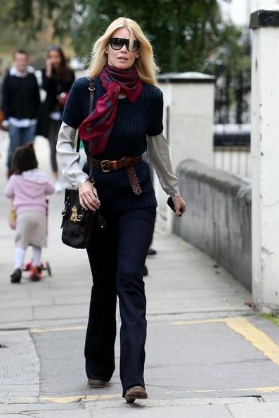 Claudia Schiffer cammina verso la scuola del figlio