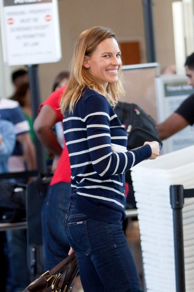 Hilary Swank si prepara a partire dal Los Angeles International Airport