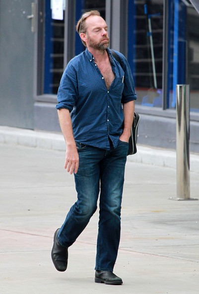 Hugo Weaving si prende una pausa fuori del Sydney Theatre Company di Sydney