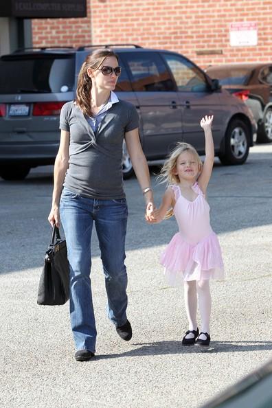 Jennifer Garner tiene per mano la figlia Violet mentre la porta a una lezione di danza a Los Angeles