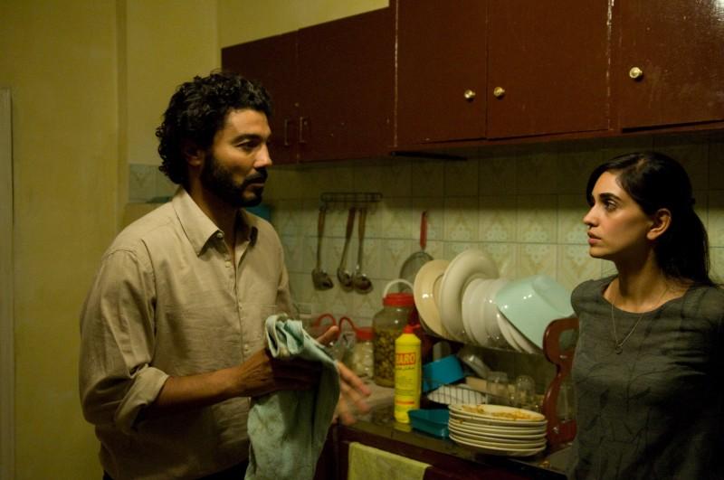 Khaled Nabawy e Liraz Charhi in una scena del film Fair Game