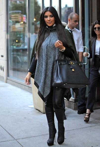 Kim e Kourtney Kardashian lasciano il loro albergo in centro per andare a cena fuori