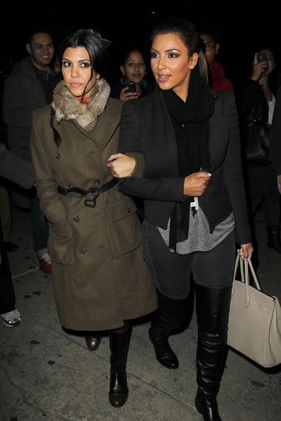 Kim Kardashian e la sorella circondate da un folto gruppo di fans e fotografi a Tribeca