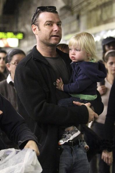 Liev Schreiber porta il suo giovane figlio Samuel Kai sul treno della metropolitana