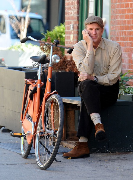 Matthew Modine parla al cellulare accanto alla sua bicicletta nel Meatpacking District a New York