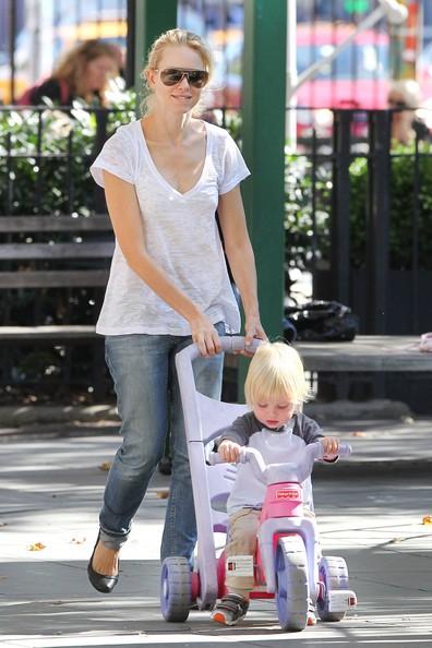 Naomi Watts porta i suoi figli Alessandro e Samuel in un parco giochi a New York