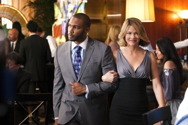 Omari Hardwick e Nicki Aycox nell'episodio High Rollers di Dark Blue