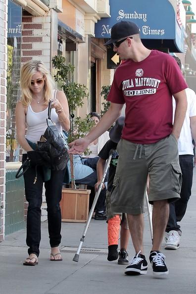 Reese Witherspoon, il figlio Deacon e il fidanzato vanno verso la loro macchina in Venice