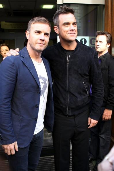Robbie Williams e Gary Barlow lasciano i BBC Radio One Studios dopo aver eseguito una performance
