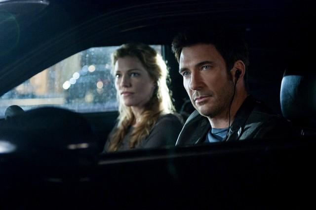 Tricia Helfer e Dylan McDermott nell'episodio Liar's Poker di Dark Blue