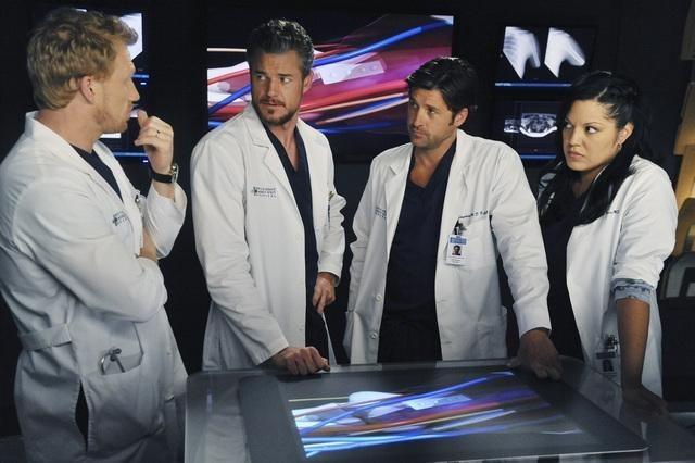 Una parte del cast di Grey's Anatomy nell'episodio These Arms of Mine
