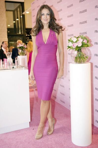 Vestita di rosa, Liz Hurley è testimonial per la campagna di sensibilizzazione sui controlli per il tumore al seno in un negozio di Glasgow