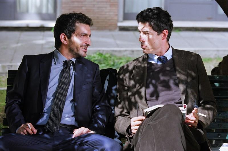 Amr Waked e Alessandro Gassman in una scena de Il padre e lo straniero