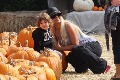 Christina Aguilera posa tra le zucche di Halloween di Mr.Bones con suo figlio Max