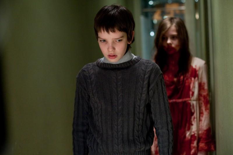 Kodi Smit-McPhee in una scena inquietante del film Let Me In