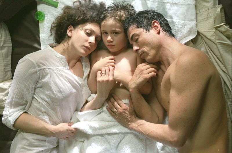 Leonardo Della Bianca tra Ksenia Rappoport e Alessandro Gassman in una scena de Il padre e lo straniero