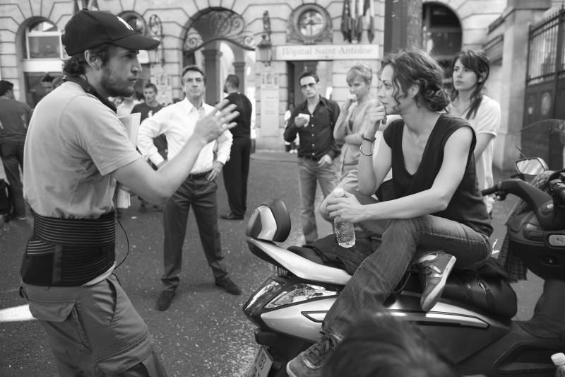 Marion Cotillard ascolta il regista Guillaume Canet sul set di Les petits mouchoirs