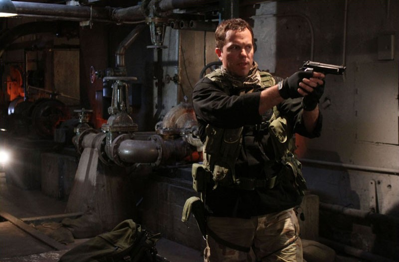 Adam Baldwin armato in una scena dell'episodio Chuck Vs. The Couch Lock