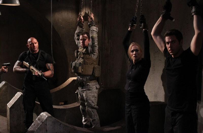 Adam Baldwin, Zachary Levi e Yvonne Strahovski tenuti in ostaggio nell'episodio Chuck Vs. The Couch Lock