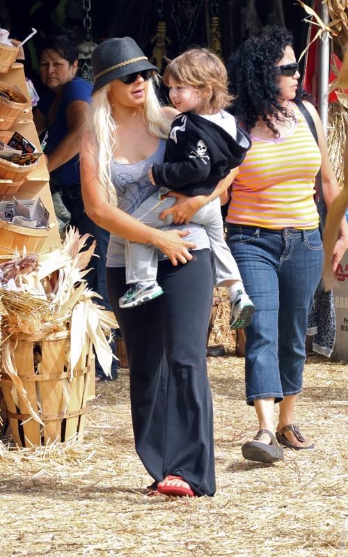 Christina Aguilera col figlio Max sceglie delle zucche di Halloween da Mr. Bones