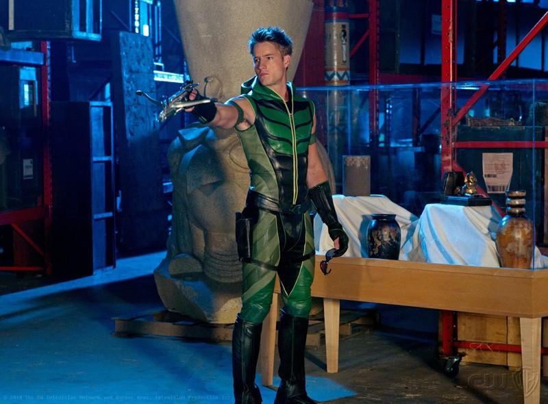 Freccia Verde (Justin Hartley) armato di balestra nell'episodio Isis di Smallville