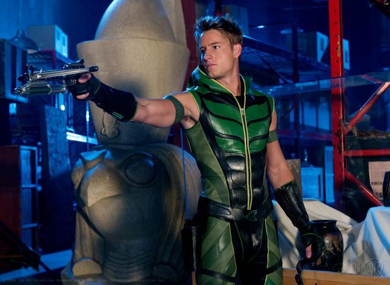 Freccia Verde (Justin Hartley) punta la balestra nell'episodio Isis di Smallville