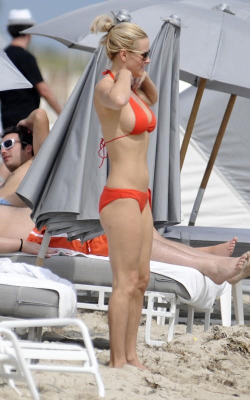 Jenny McCarthy con il suo nuovo fidanzato sulle spiagge di Miami, in Florida