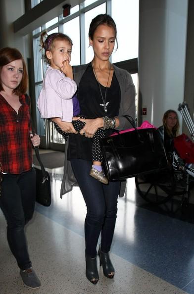 Jessica Alba con la figlia Honor si prepara a partire dall'aeroporto di Los Angeles