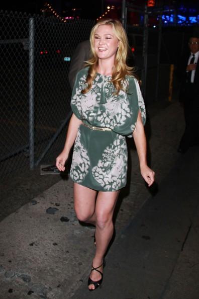 Julia Stiles saluta i fan mentre lascia il 'Jimmy Kimmel Live' di Hollywood