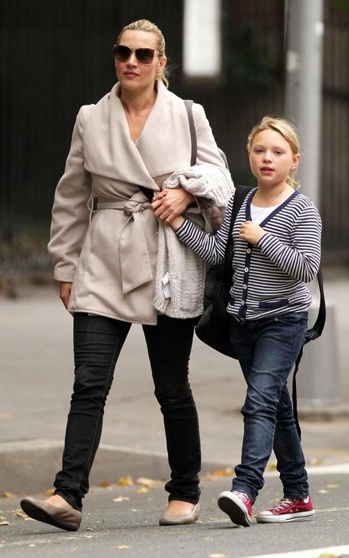 Kate Winslet preleva la figlia da scuola a New York