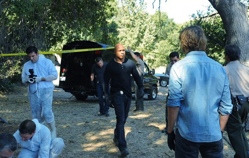LL Cool J e Eric Christian Olsen (di spalle) sulla scena del crimine in Little Angels di NCIS: Los Angeles