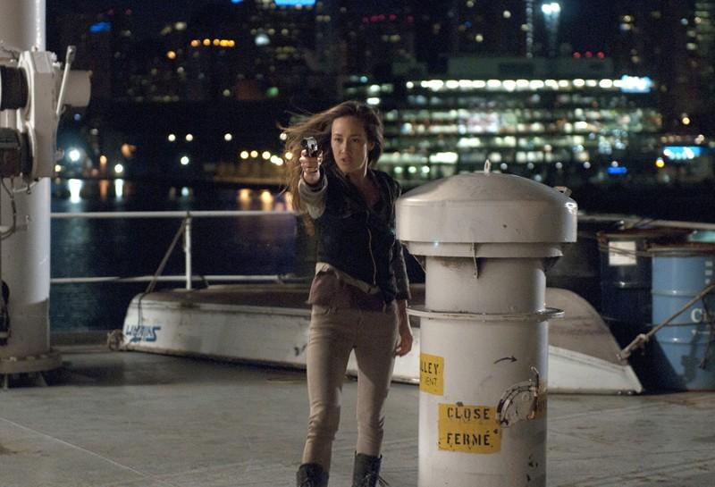 Maggie Q in una scena d'azione nell'episodio The Guardian di Nikita