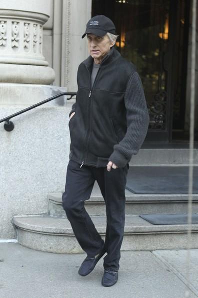 Michael Douglas lascia il suo appartamento per una visita medica a New York