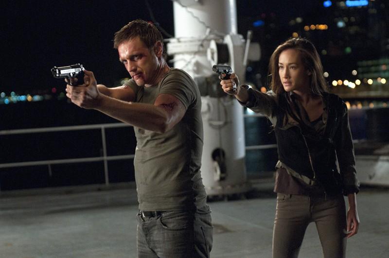 Nikita (Maggie Q) punta l'arma contro Owen (Devon Sawa) nell'episodio The Guardian