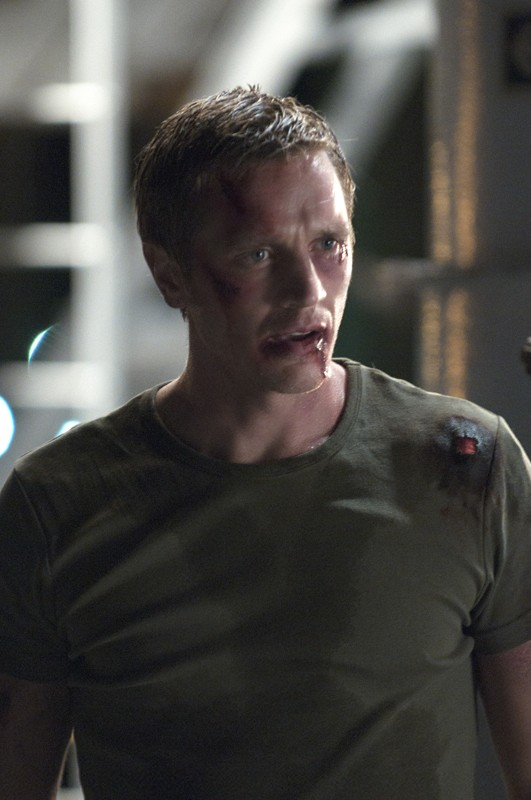 Owen (Devon Sawa) ferito in una scena dell'episodio The Guardian di Nikita