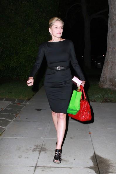 Sharon Stone si avvicina alla casa di un amico a Beverly Hills per una festa di compleanno