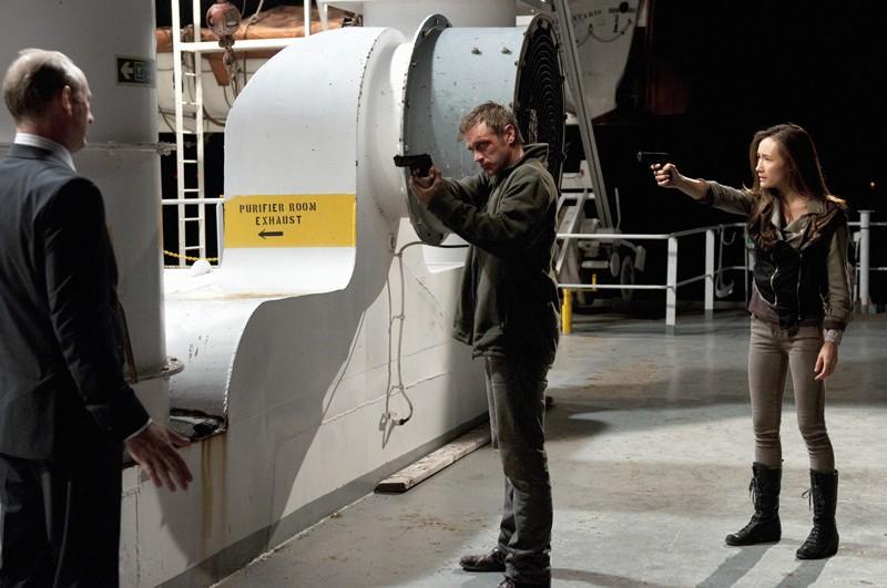 Xander Berkeley (di spalle), Maggie Q e Devon Sawa nell'episodio The Guardian