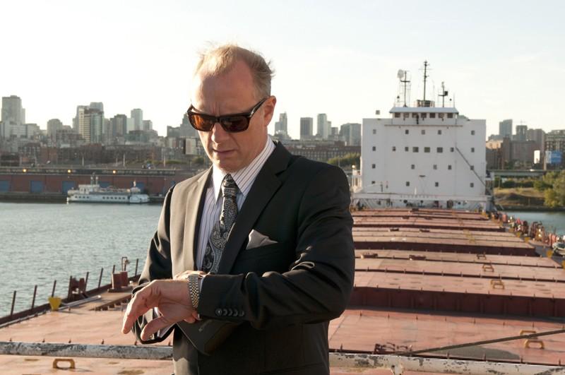 Xander Berkeley guarda l'orologio nell'episodio The Guardian di Nikita