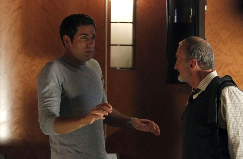 Zachary Levi con un'espressione ridicola nell'episodio Chuck Vs. The Aisle of Terror
