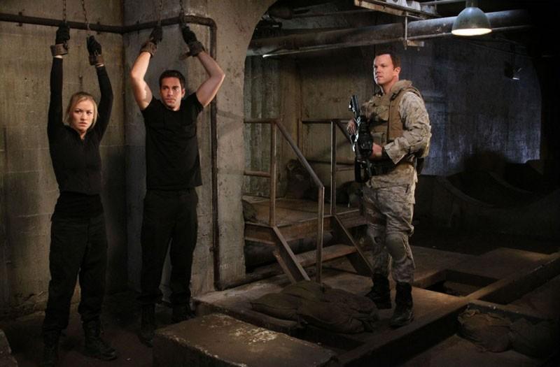 Zachary Levi e Yvonne Strahovski legati e Adam Baldwin armato nell'episodio Chuck Vs. The Couch Lock