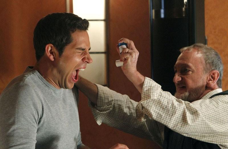 Zachary Levi lotta con Robert Englund nell'episodio Chuck Vs. The Aisle of Terror