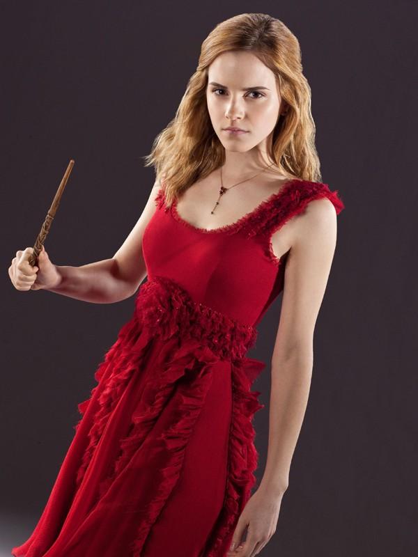 Emma Watson armata di bacchetta per il film Harry Potter e i Doni della Morte - parte 1