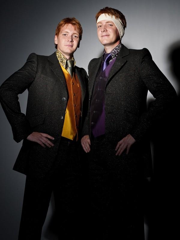 Una foto promo di James e Oliver Phelps per il film I Doni della Morte - parte 1