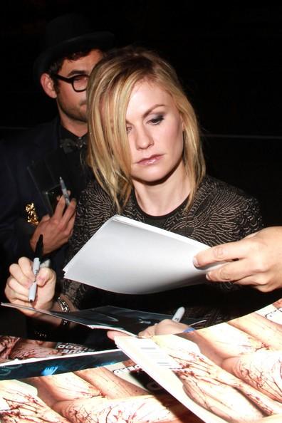 Anna Paquin assalita da fans che volevano il suo autografo