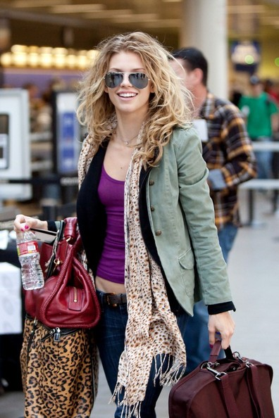 AnnaLynne McCord al Los Angeles International Airport con la sorella