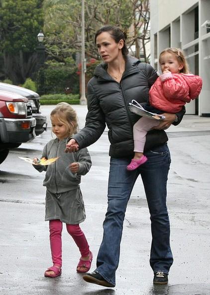 Jennifer Garner prende le sue figlie, Violet e Serafina a un Harvest Festival