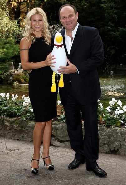 Michelle Hunziker accanto a Gerry Scotti, presenta Paperissima 2008
